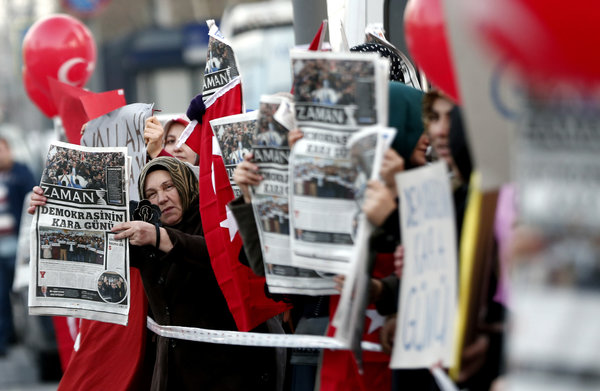 Hizmet supporters in Istanbul protesting the government's harassment of journalists.   Credit Sedat Suna/European Pressphoto Agency